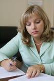 读严重的妇女的docs 免版税库存照片