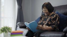 读书和笑的资深妇女 股票视频
