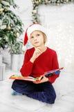 读书和认为的孩子 男孩 圣诞节的概念 免版税库存照片