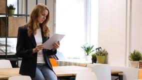 读书文件,女实业家坐书桌,文书工作 免版税库存照片