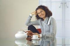 读书桌妇女 免版税库存图片