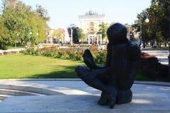 读书男孩纪念碑在阿斯特拉罕 库存图片