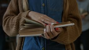读书的女学生的Midcsection 股票录像