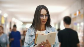 读书的女孩在地铁在人群,慢动作中间 股票视频