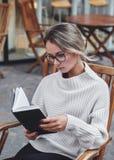 读书的妇女画象户外 免版税库存照片