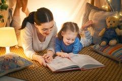 读书的妈妈和孩子 免版税库存照片