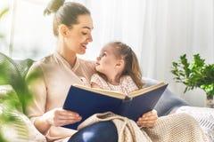 读书的妈妈和孩子 免版税库存图片