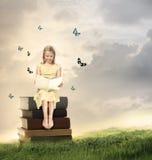 读书的小白肤金发的女孩 免版税库存图片