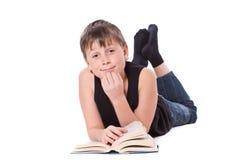 读书的男孩 免版税库存图片