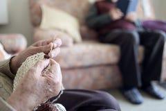 读书的老妇人钩编编织物和老人 库存照片