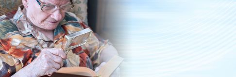 读书的老妇人 全景的横幅 免版税图库摄影