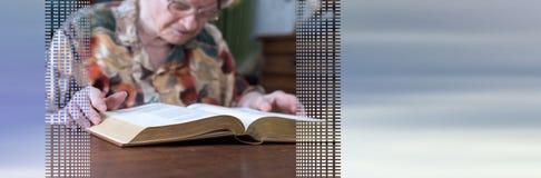 读书的老妇人 r 免版税库存图片