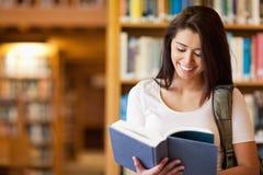 读书的逗人喜爱的学员 免版税图库摄影