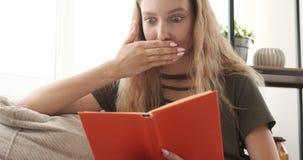 读书的震惊十几岁的女孩 股票视频
