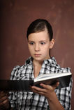 读书的青少年的女孩 免版税图库摄影