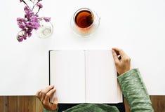 读书笔记本茶放松 免版税库存图片
