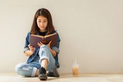 读书葡萄酒样式的亚裔妇女 免版税图库摄影