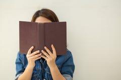 读书葡萄酒样式的亚裔妇女 免版税库存图片