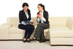 读二名妇女的工商业票据 库存图片