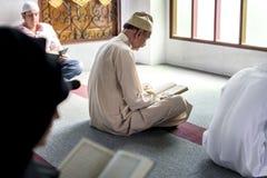 读从古兰经的穆斯林 免版税库存图片