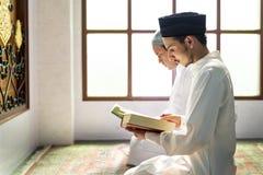 读从古兰经的穆斯林 库存图片