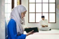 读从古兰经的穆斯林 免版税库存照片
