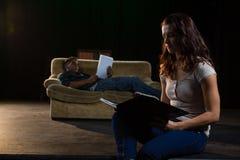 读他们的剧本的演员在阶段 免版税库存图片