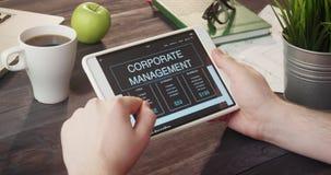 读使用片剂计算机的公司管理信息在书桌 股票视频