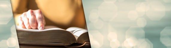 读圣经,坚硬光的妇女 全景的横幅 免版税库存图片