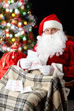 读圣诞老人的信函 免版税图库摄影