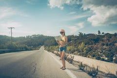 读地图的旅游妇女丢失在旅行 免版税库存照片