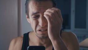 读坏消息的沮丧的人在他的智能手机 戏曲概念 股票视频