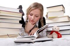 读女小学生学员的书 库存图片