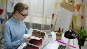读学习参考书的年轻女生由桌 影视素材