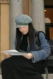 读学员的纸张 免版税库存图片