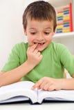 读学校的男孩问题 免版税库存照片