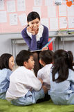 读对学员的教师在中国学校 库存图片