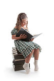 读微笑的书女孩小的猪尾 库存图片