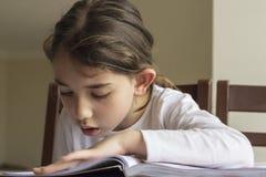读您的家庭作业的Elementry学生 免版税库存图片