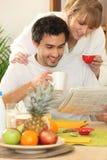 读报纸的夫妇 免版税库存照片