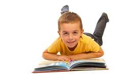 读故事的愉快的男孩 免版税库存图片