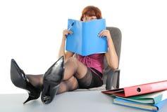 读的女实业家文件 免版税库存照片