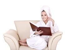 读的美好的书女孩家 库存图片