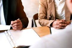 读简历的稽查在面试中在办公室事务和人力资源概念 免版税库存图片