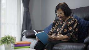 读高级妇女的书 股票视频