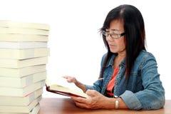 读高级妇女的书 库存照片