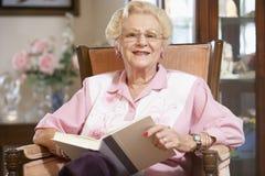 读高级妇女的书 库存图片