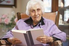 读高级妇女的书 免版税库存图片