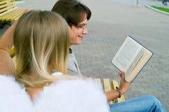 读年轻人的书人 免版税库存图片