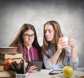 读ebook的年轻学生 免版税库存图片